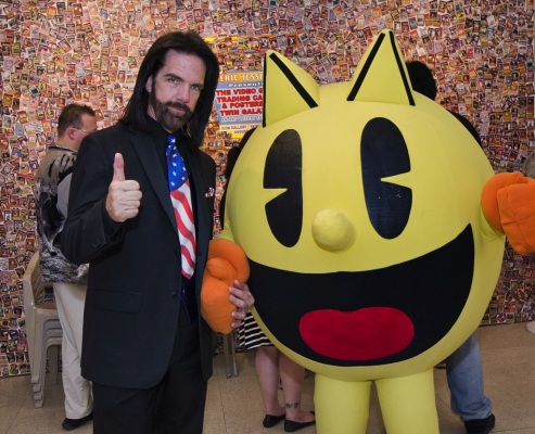 0_1526257765953_Billy_Mitchell_and_Pac-Man-1.jpg